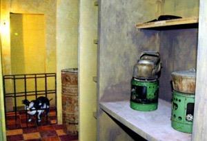 Sáng kiến vĩ đại thời bao cấp: nuôi lợn trong nhà tắm hoặc 1 góc bếp căn hộ tập thể 20m2. (Ảnh: danchimviet.info)