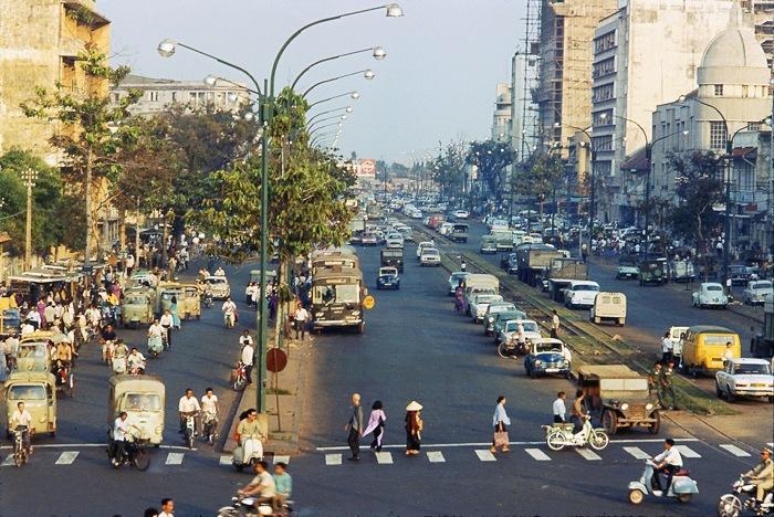 Đại lộ Hàm Nghi nhìn từ trên cầu vượt bộ hành phía sông Sài Gòn.