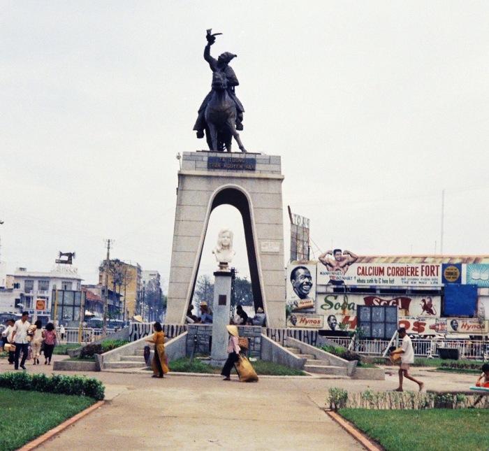 Tượng đài nữ Phật tử Quách Thị Trang và danh tướng Trần Nguyên Hãn trước chợ Bến Thành