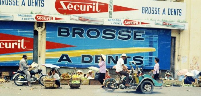 Những pa-nô quảng cáo cỡ lớn ở đường Phan Châu Trinh, cửa Tây chợ Bến Thành