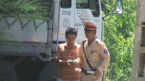 Theo GS Nguyễn Lân Dũng, chuyện mãi lộ của Cảnh sát giao thông ai cũng biết nhưng có lẽ không có cách gì khắc phục nổi.